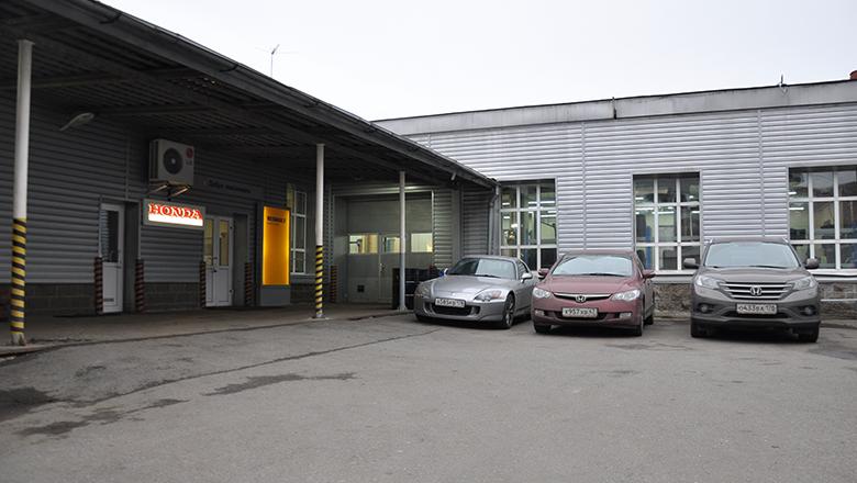 Парковка и вход в Сервис-бюро